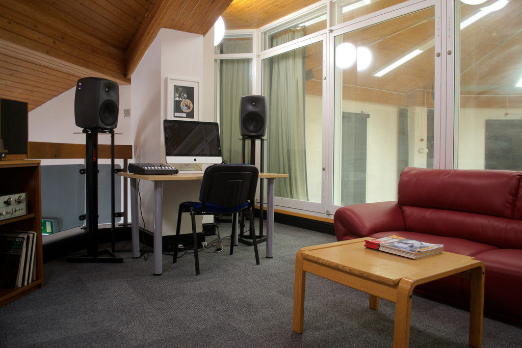 artist-lounge-_-edit-suite